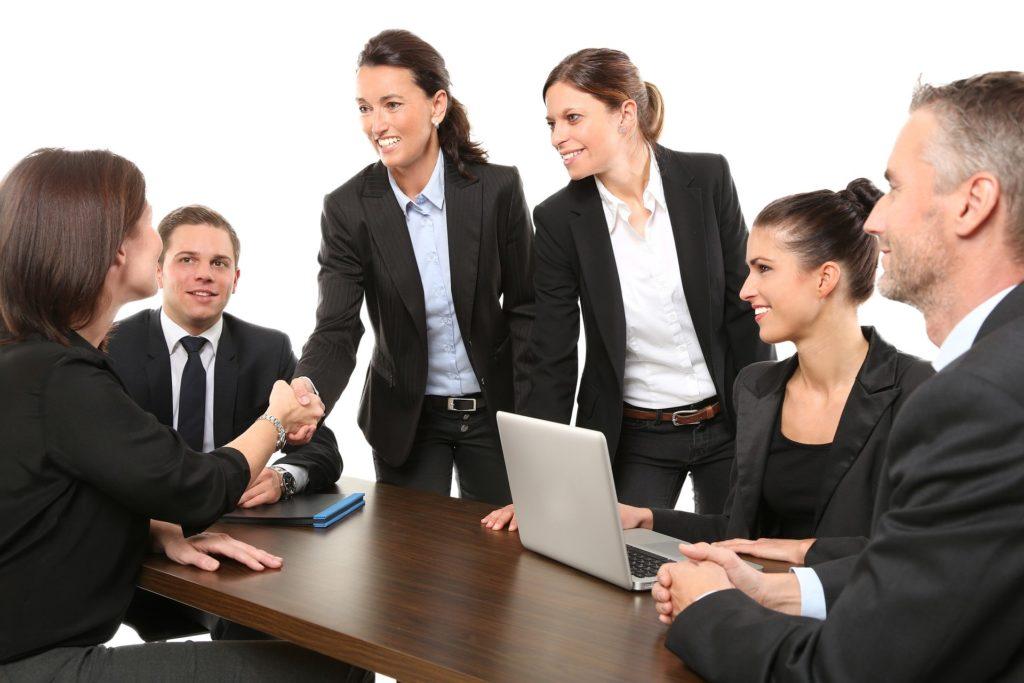Mitarbeitende in einem Meeting